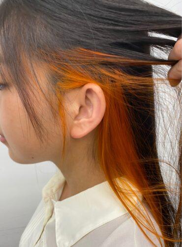 大人女性向けインナーカラー。ブリーチ一回、暖色系でビビットなサニーオレンジカラー。耳にかけるとより主張されて可愛くなります。 自由が丘 美容室 眞鍋沙弥