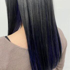 大人女性向けインナーカラー。ブリーチ2回、寒色系バイオレットブルー。 インナー部分の範囲は広めにとり、髪を下ろしてても耳にかけなくても後ろから透けて見えるのも可愛いです。 自由が丘 美容室 眞鍋沙弥