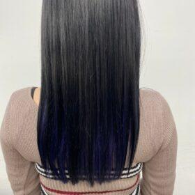 大人女性向けインナーカラー。ブリーチ2回、寒色系バイオレットブルー。 インナー部分の範囲は広めにとり、髪を下ろしてても後ろから透けて見えるのも可愛いです。 自由が丘 美容室 眞鍋沙弥